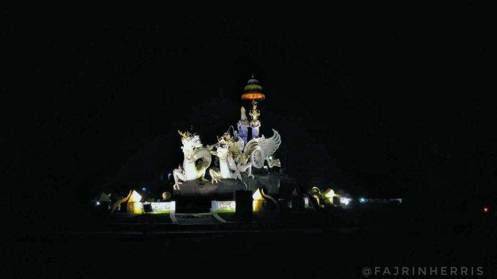 Patung Tugu Rato Pengantin disuasana malam hari