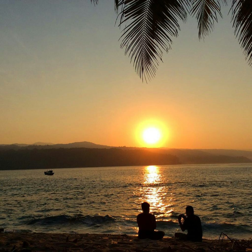 Duduk di Pinggir Pantai Sambil Menikmati Sunrise