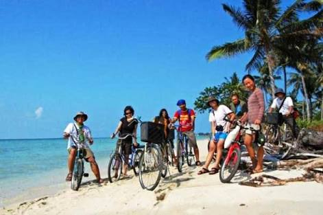 Bersepeda di Pulau Tidung (foto by: wisatapulautidung.com)