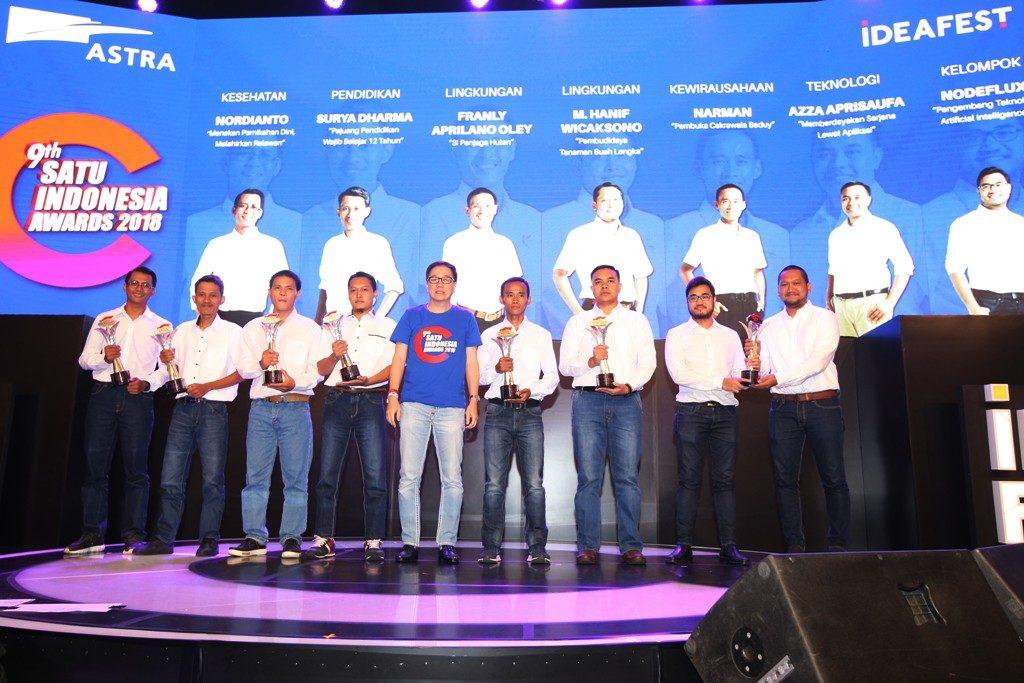 Presiden Direktur PT Astra International Tbk Prijono Sugiarto (tengah) bersama para penerima apresiasi 9th SATU Indonesia Awards 2018 pada malam puncak IdeaFest 2018 di Jakarta (27/10). (Foto by: Grup WA Astra X Blogger)