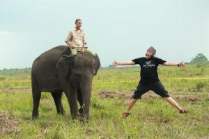 Om Adul foto disamping Gajah (Foto by Dokumentasi Team Liputan GenPi 2017)