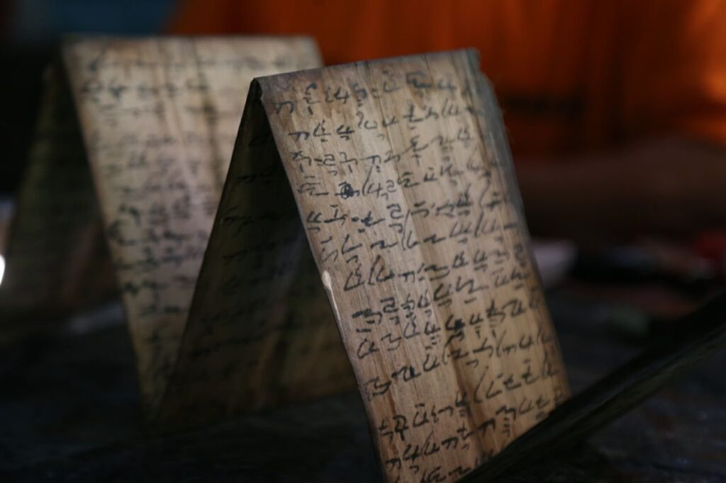 sebuah naskah yang di tulis pada kulit kayu (foto by: samsu.humas)